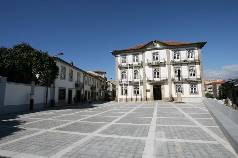 Largo da República com os Paços do Concelho de Oliveira de Azeméis ao fundo