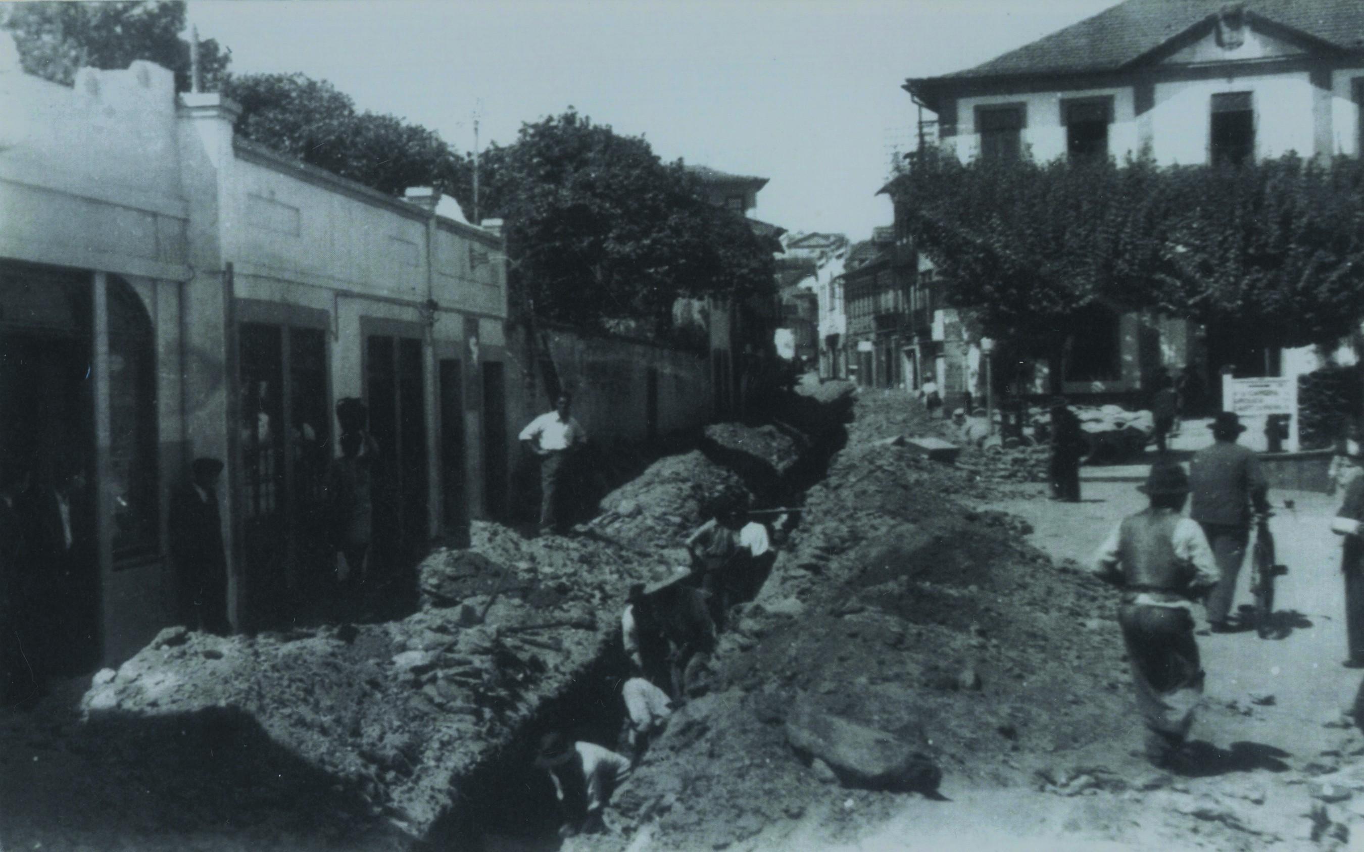 Instalação de saneamento na rua Bento Carqueja (Anos 50)