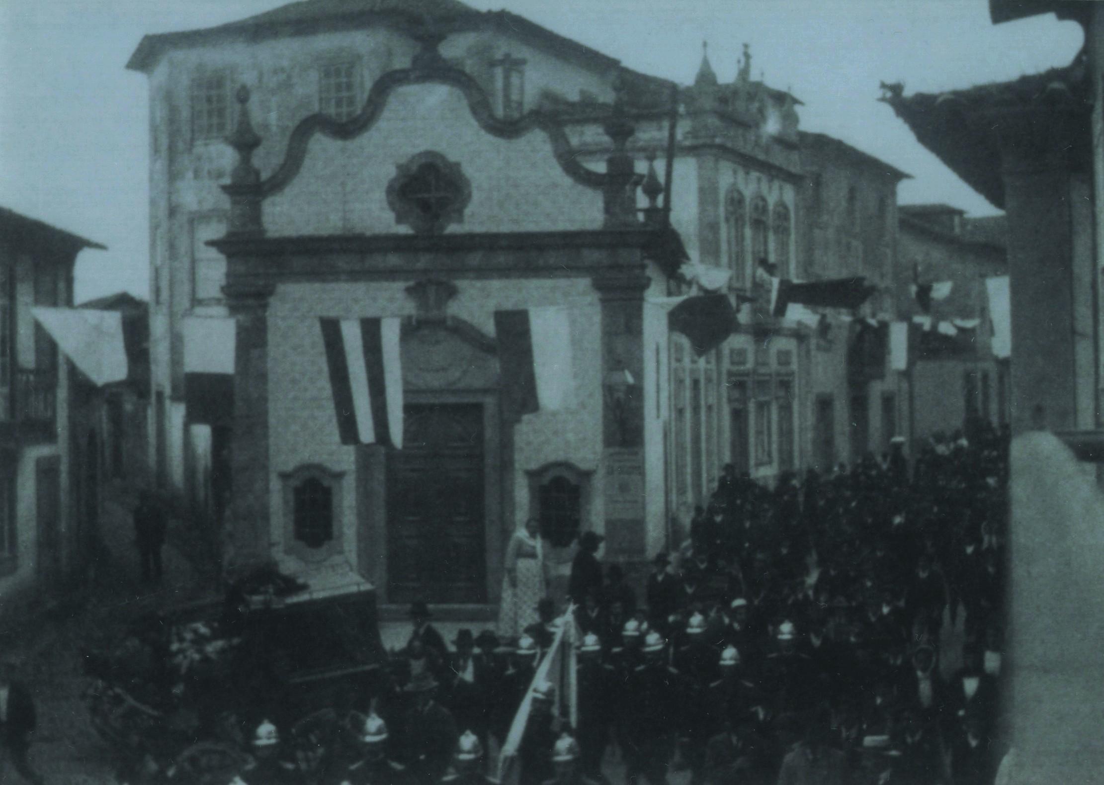 Bombeiros junto à capela do Martyr (1906)