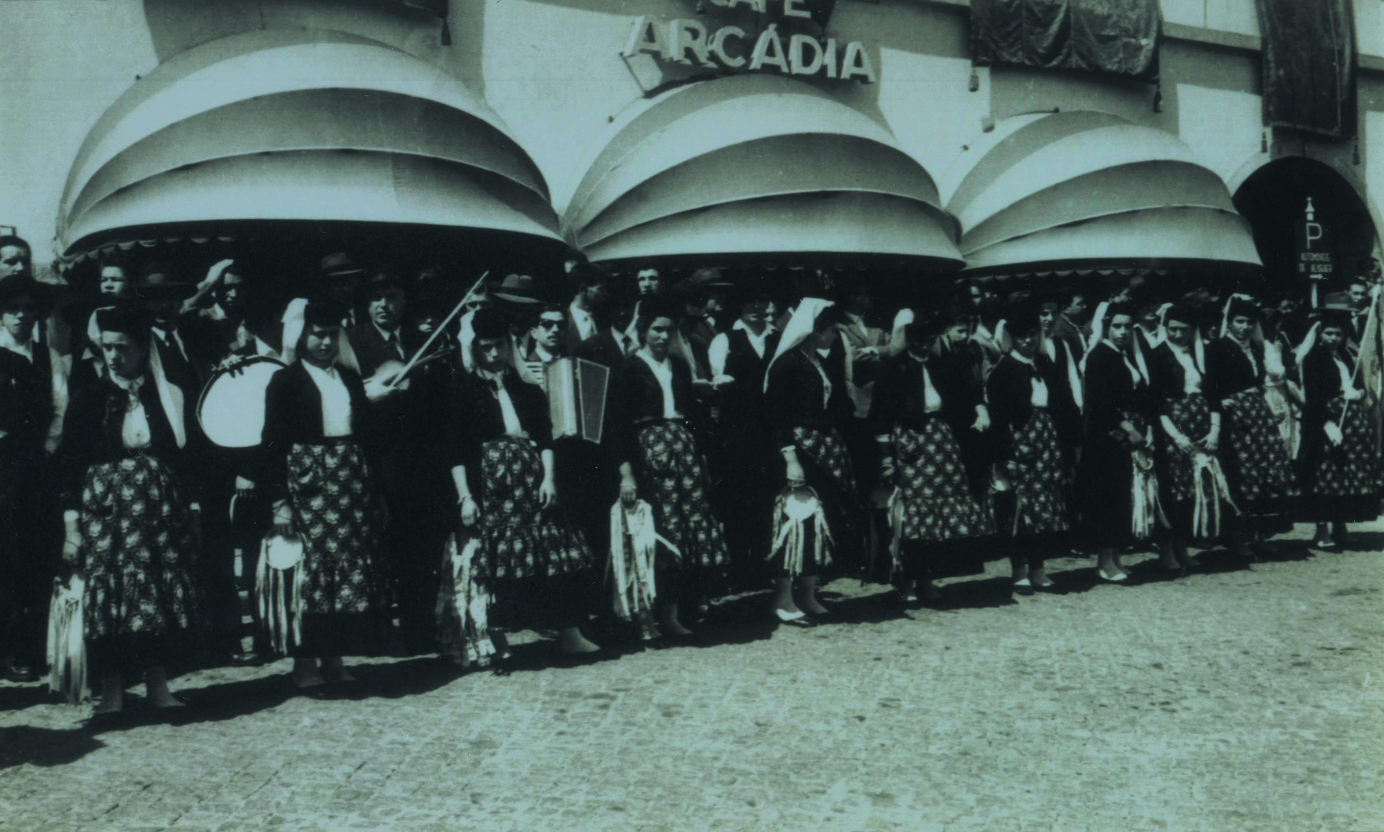 Rancho Folclórico Ceifeiras (Fajões), em frente ao café Arcádia em Oliveira de Azeméis (Anos 60)