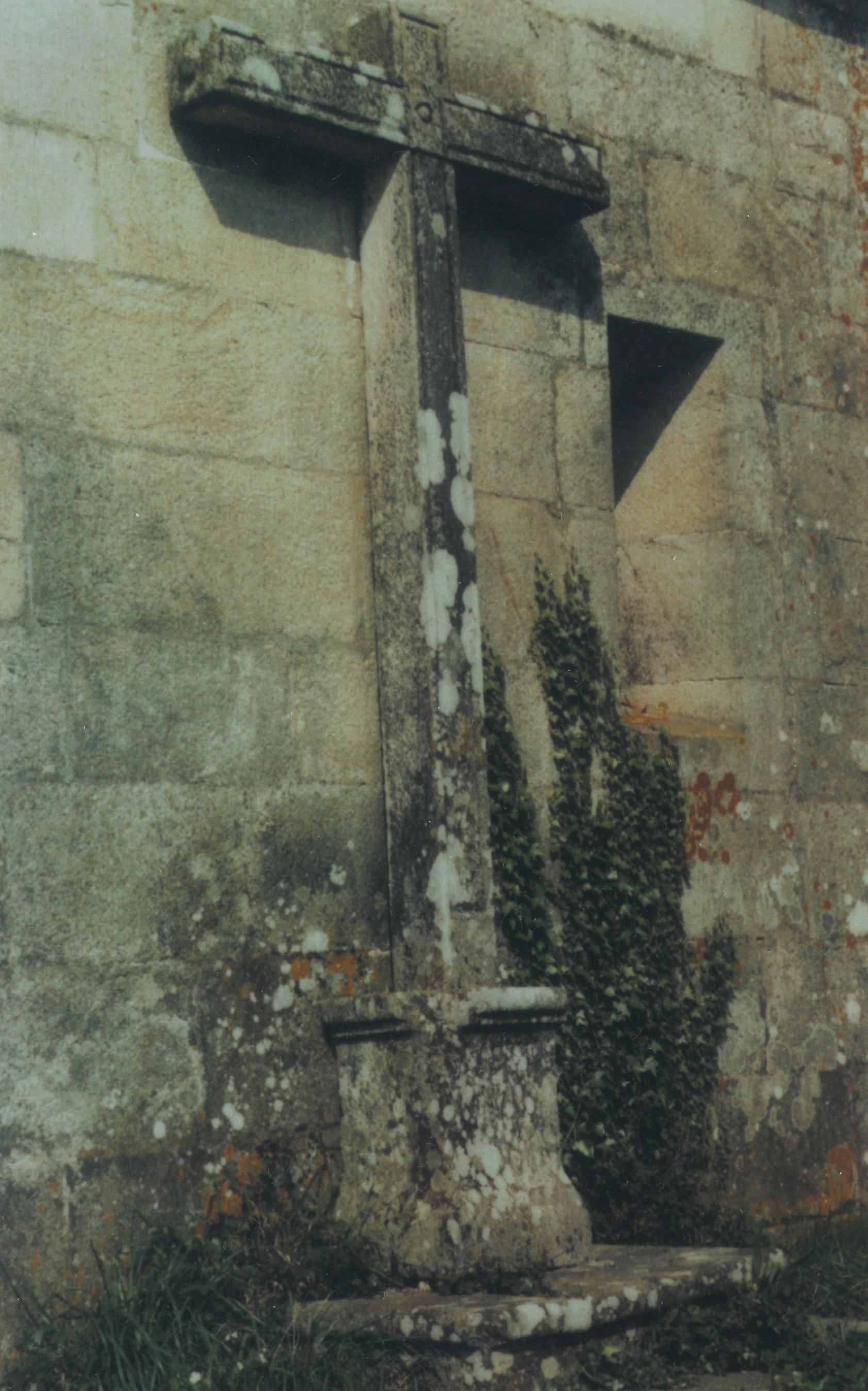 Cruzeiro na capela de Nª Srª dos Prazeres, Nogueira do Cravo (1985)