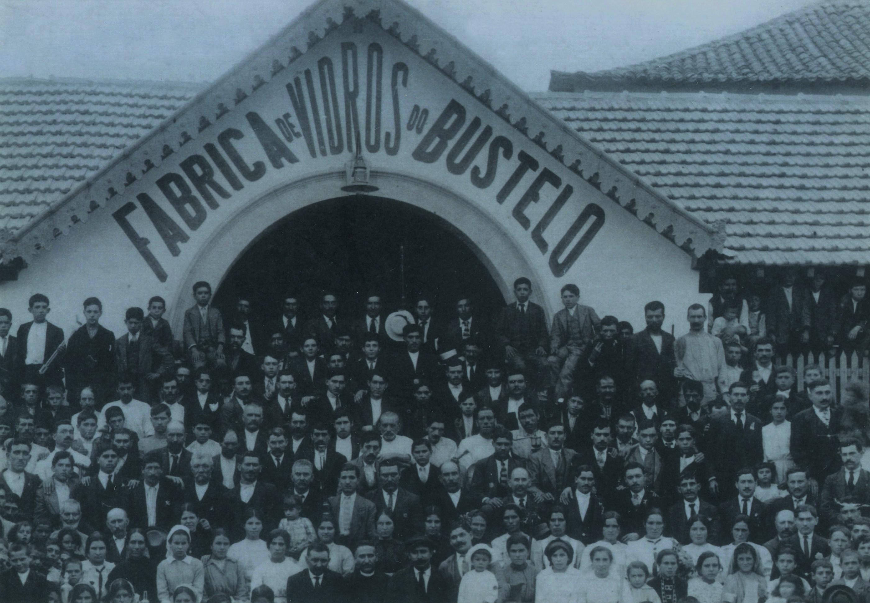 Fachada principal da fábrica de vidro de BUstelo com os seus trabalhadores, S. Roque (Anos 20)