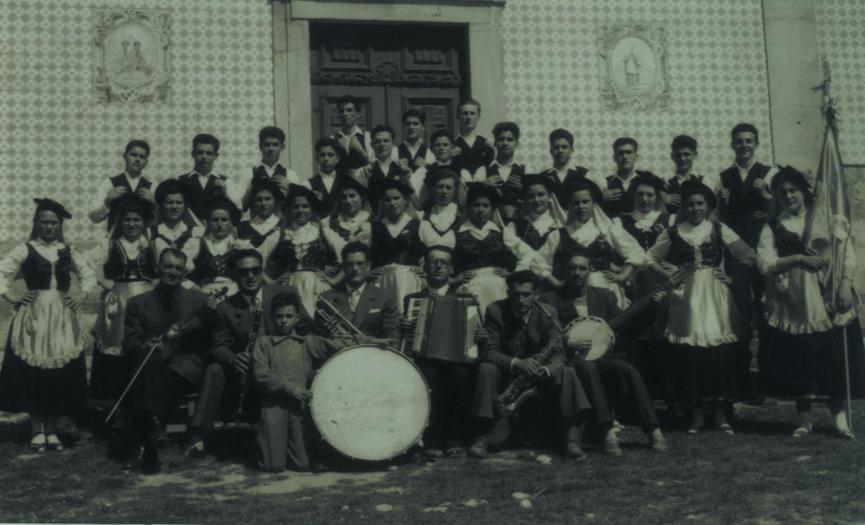 Primeiro grupo folclórico das Padeirinhas, em frente à igreja, Ul (Anos 50)