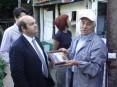 Artur Costa exibindo uma de muitas recordações da sua vida dedicada à columbofilia