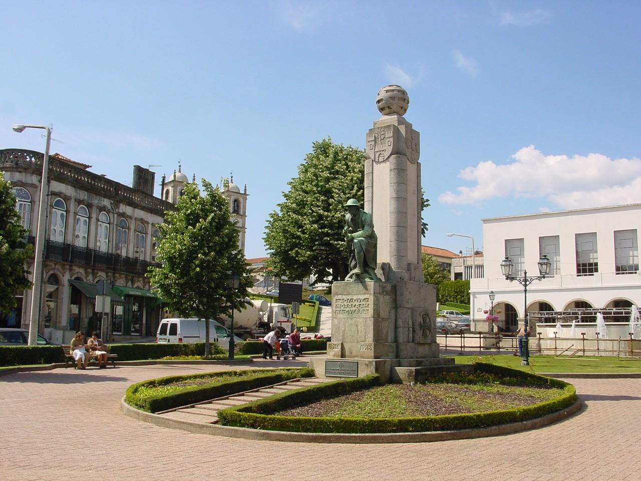 Monumento aos Combatentes da Grande Guerra, localizado no jardim público de Oliveira de Azeméis