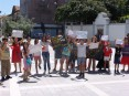 Crianças da urbanização da Quinta de Lações reclamando a continuidade do gabinete de apoio social