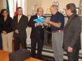 Presidente do município suiço na troca de lembranças com o presidente da autarquia de Oliveira de Azeméis, Hermínio Loureiro