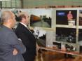 O fotógrafo Kim Ramalho e o presidente da autarquia, Hermínio Loureiro, visitando a exposição