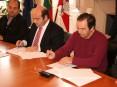 Contrato da empreitada para a construção do centro escolar de S. Roque foi assinado entre o presidente da Câmara Municipal de Oliveira de Azeméis, Hermínio Loureiro, e o administrador da empresa a quem foi adjudicada a obra, Manuel Magalhães