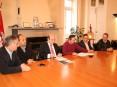 O acto teve as presenças de Amaro Simões, presidente da JF de S. Roque (à esqª),Ricardo Tavares (vice-presidente da autarquia), Hermínio Loureiro (presidente), Manuel Magalhães, da empresa adjudicatária, e António Figueiredo, do Agrupamento de S. Roque