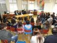 Alunos da EB 2,3 Dr. José Pereira Tavares questionando o presidente da autarquia, Hermínio Loureiro, e o vereador da educação, Isidro Figueiredo, sobre o parque escolar do Pinheiro da Bemposta