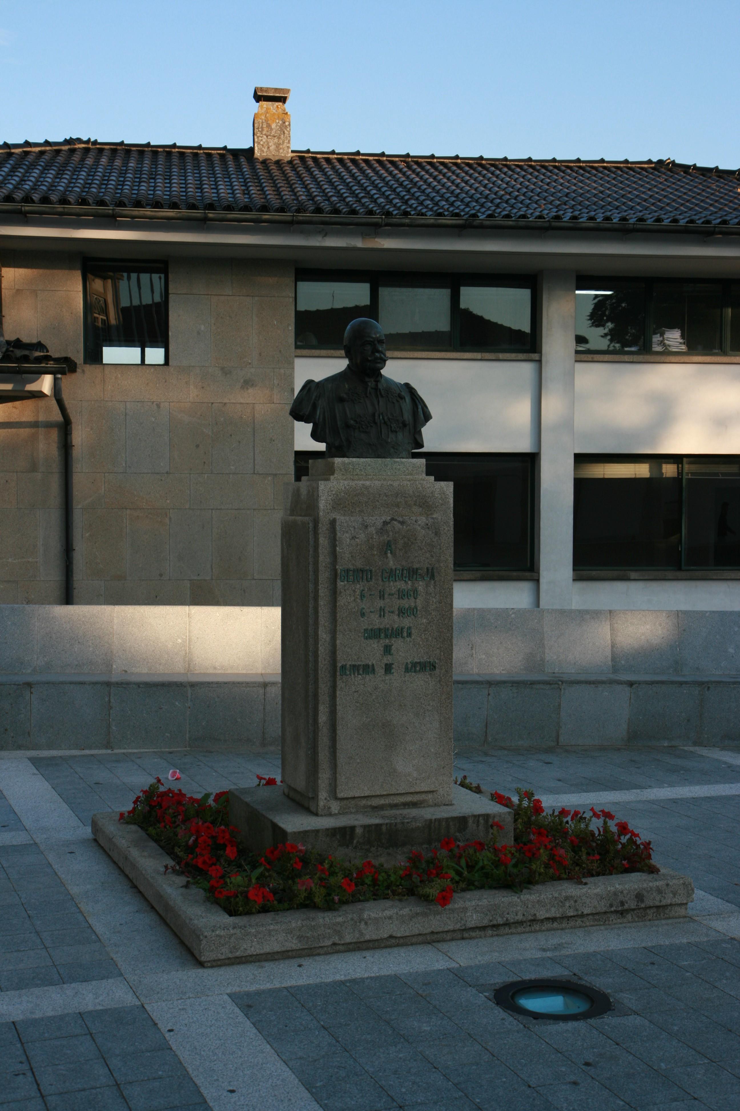 Busto de Bento Carqueja, localizado no Largo da República, junto aos Paços do Concelho de Oliveira de Azeméis