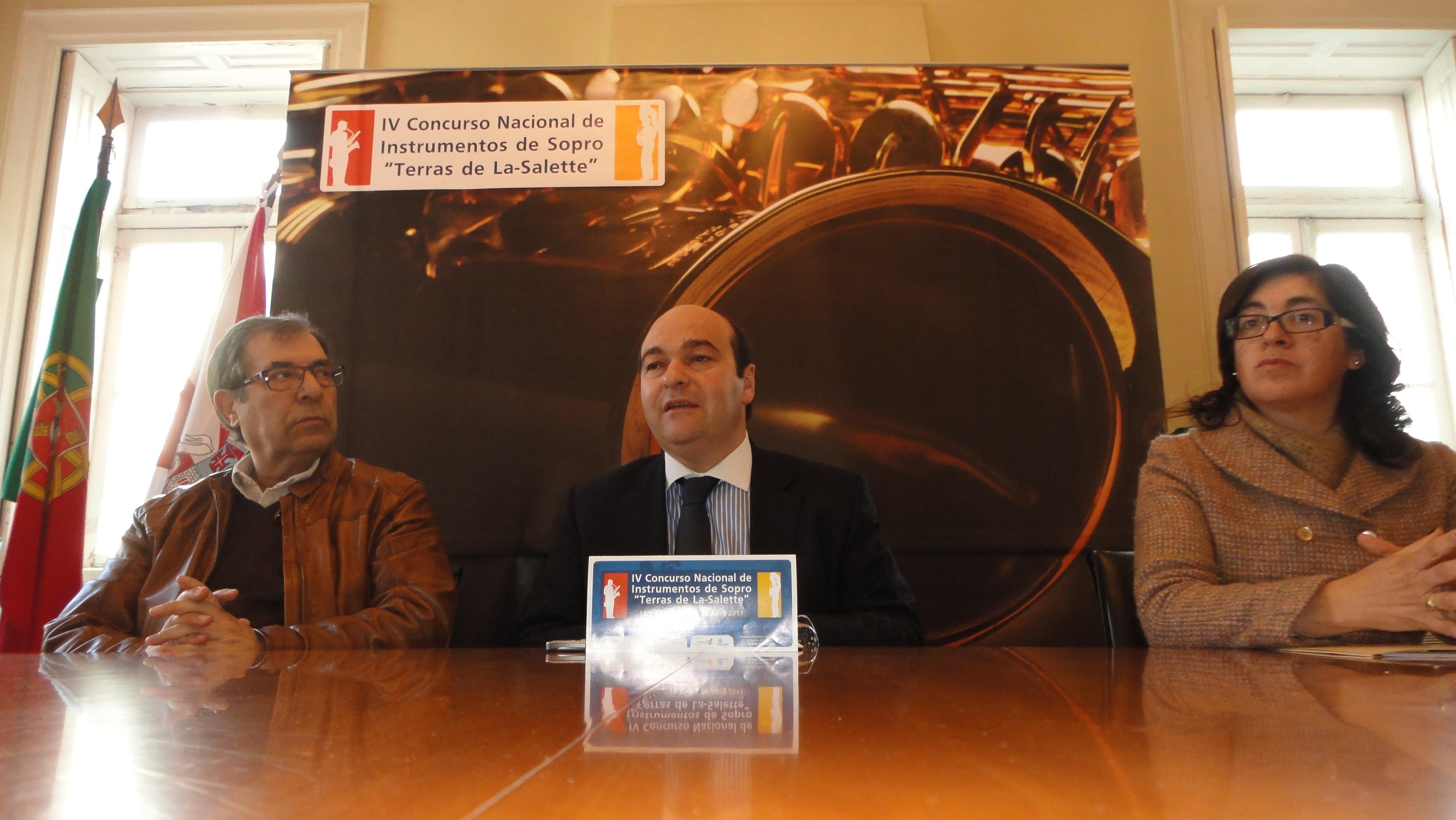 Hermínio Loureiro, presidente da autarquia, Gracinda Leal, vereadora da cultura, e António Grifo, responsável da Federação das Associações do Município de Oliveira de Azeméis, apresentaram os objectivos do concurso nacional de música